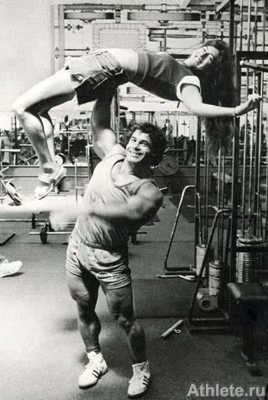 Franco Columbu overhead pressing girl